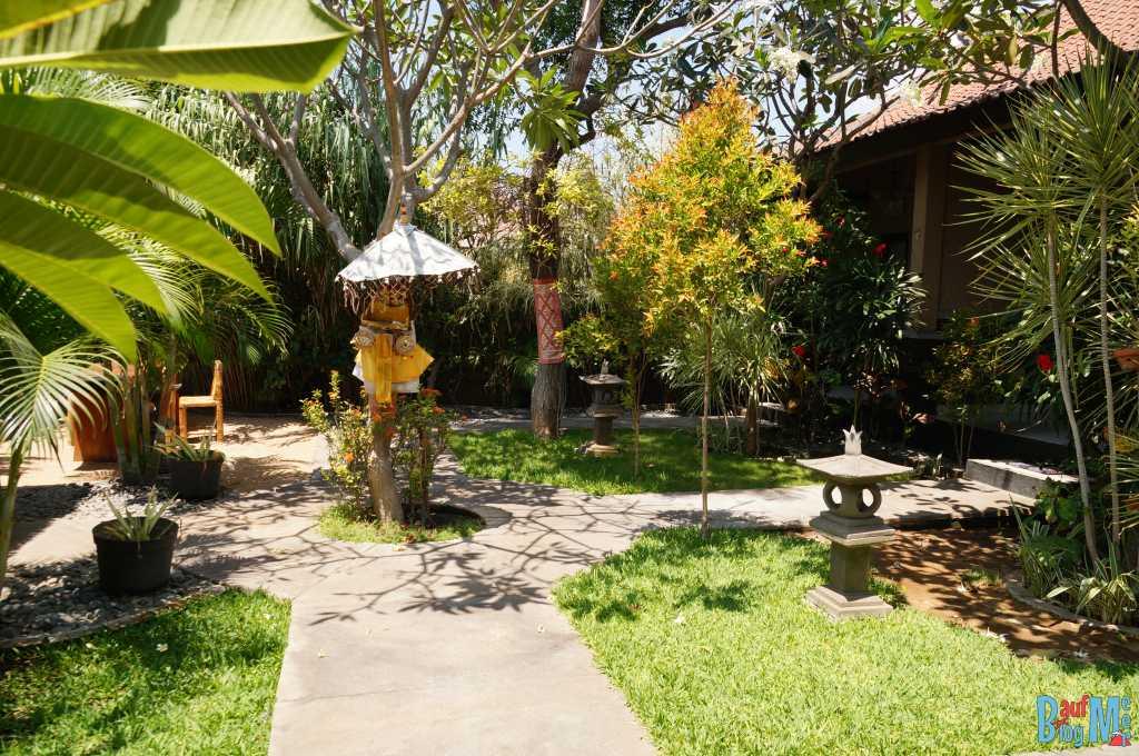 Bali ist: Tolle Homestays. Kleiner Garten mit Schrein in Molas Homestay