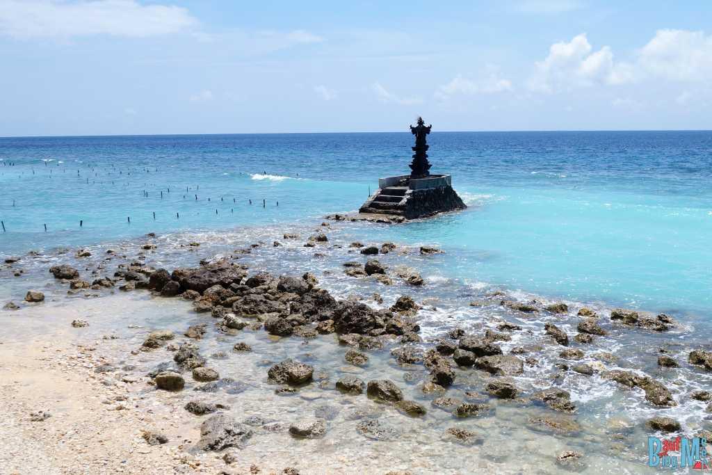 Schrein im Wasser im Nordosten Nusa Penidas