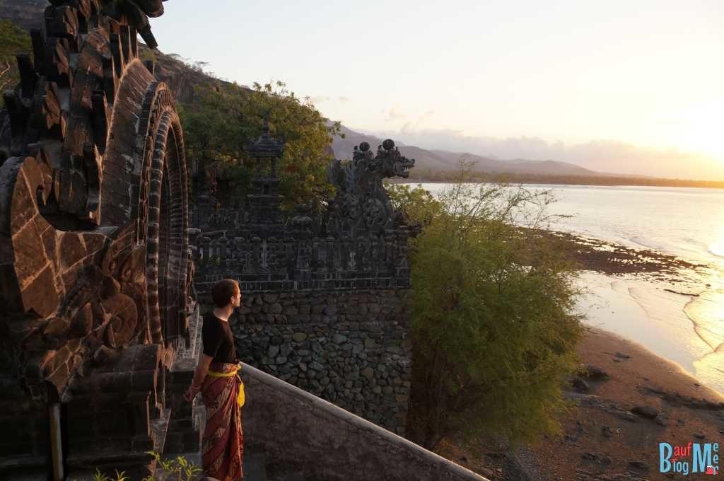Chris im Sarong zum Sonnenuntergang im Pura Pabean Tempel