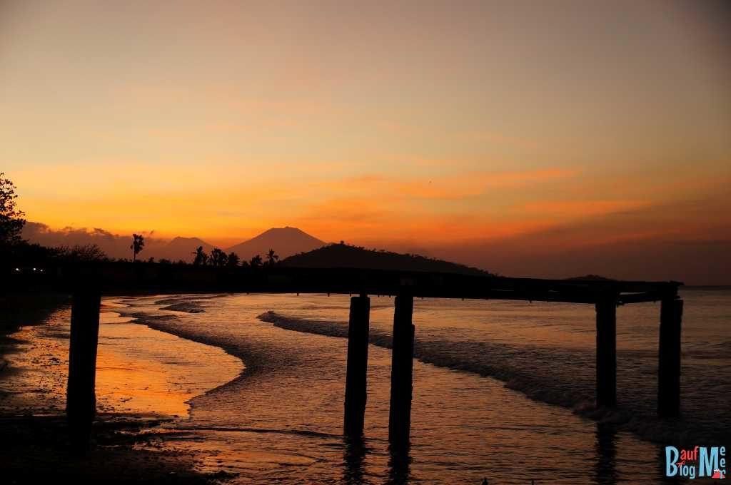 Sonnenuntergang am Strand von Pemuteran mit Blick auf Java