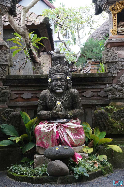 Bali ist: Figuren und Blüten