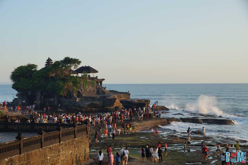Wie ist Bali? Viele Touristen aber auch tolle Tempel. Tempel Tanah Lot auf Bali
