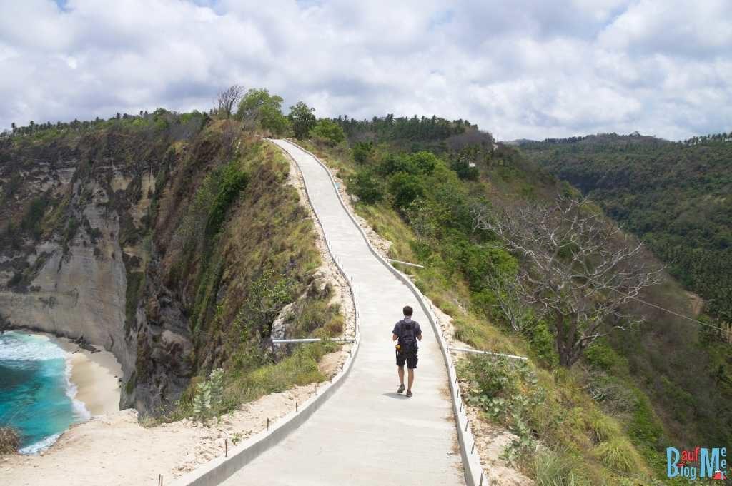 Weg vom Aussichtspunkt auf die Atuh Strände auf Nusa Penida