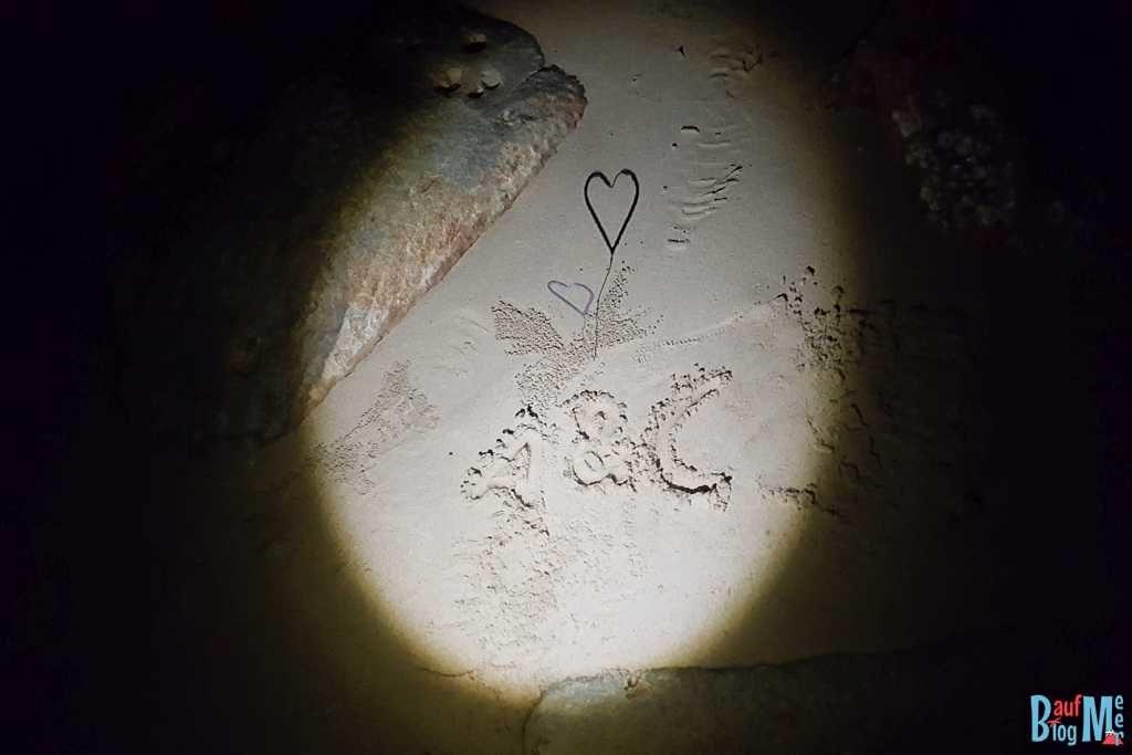 Herz Wunderkerze nach dem Abbrennen im Sand von Damai Beach