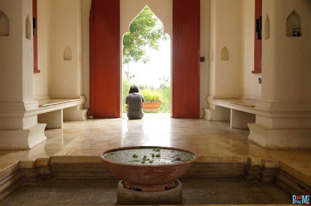 Haupteingang des Amaravati Ashrams