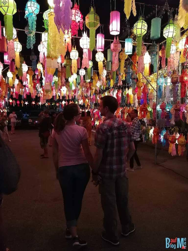 Wir unter bunten Lampions beim Chiang Mai Lichterfest (Handyfoto)