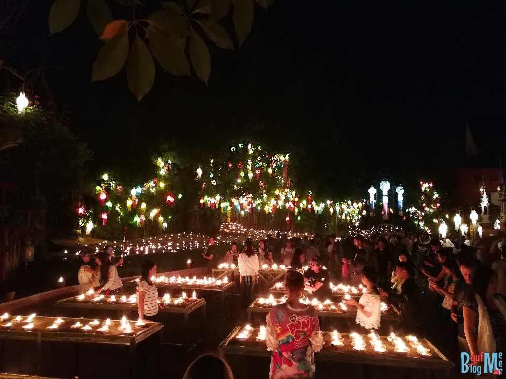 Kerzen und bunte Lampions beim Chiang Mai Lichterfest (Handyfoto)