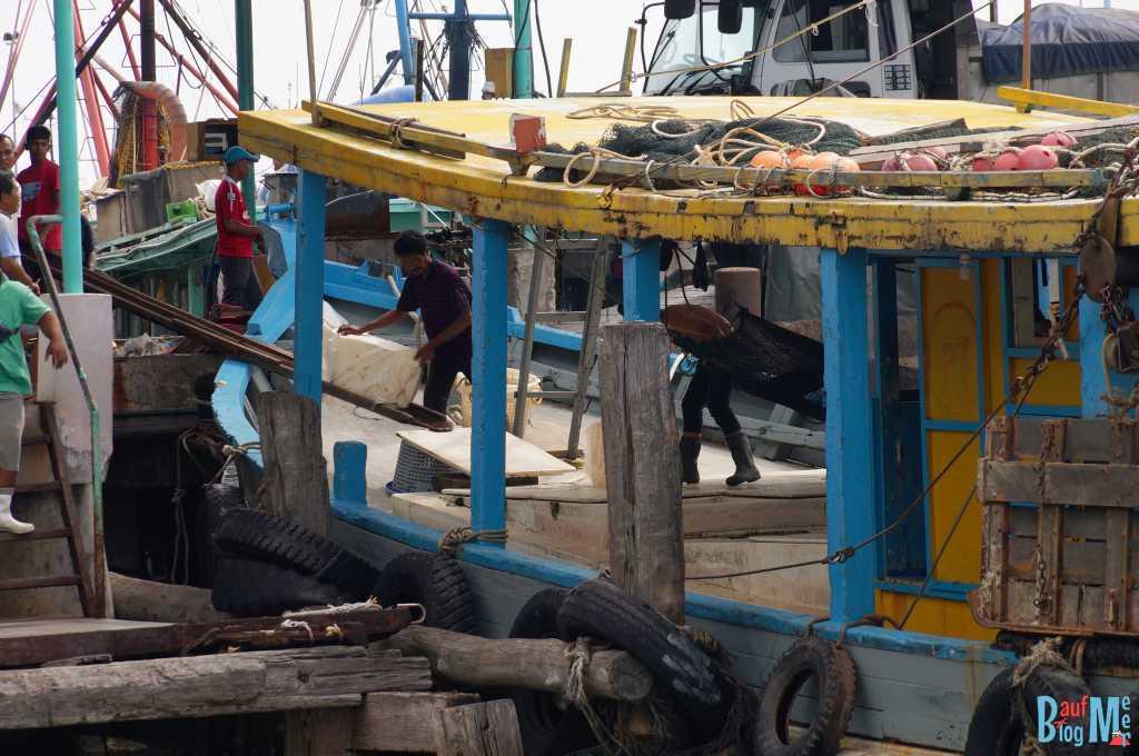Verladung von Eis auf einem Fischerboot im Hafen von Sandakan. Vor unserer abfahrt zur Turtle Island Selingan