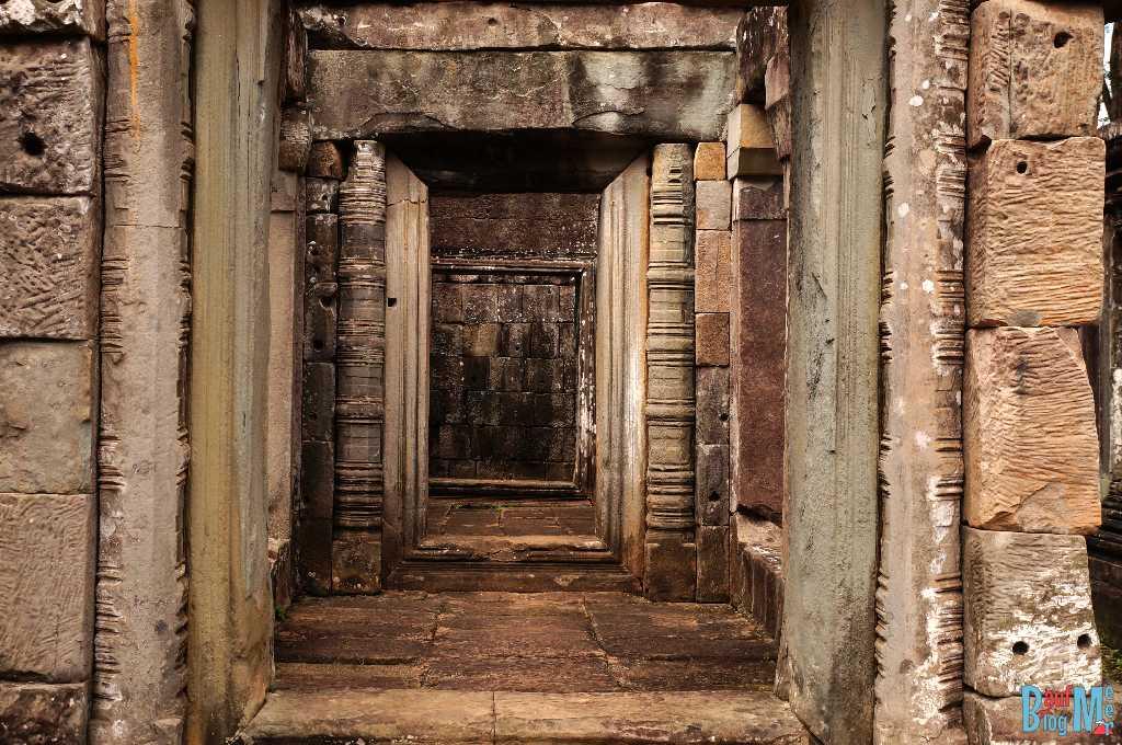 """Inzwischen waren wir auch schon ein bisschen k.o. und gönnten uns Snacks und Eiskaffee, bevor es zum nächsten Tempel ging. Im Ta Keo Tempel führten sehr steile, schmale Stufen nach oben. Nicht gerade ungefährlich. Der Tempel wurde gerade renoviert. Konnte uns jetzt auch kein """"wow"""" entlocken. Da er nicht besonders groß war, spazierten wir eine schnelle Runde und waren schon wieder zurück am Eingang."""