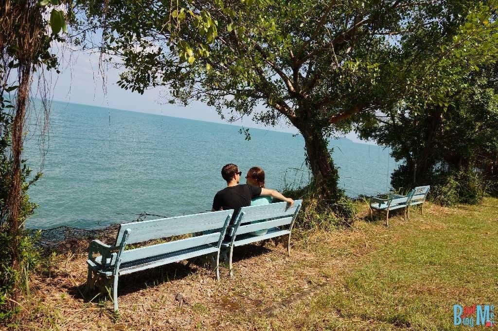 Bank am Meer auf der nordöstlichen Seite Ko Changs