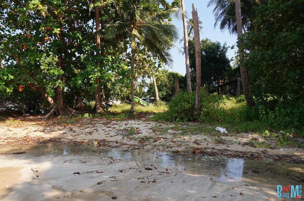 Auch wenn der Blick nach vorne schön ist, kann der Blick nach hinten hässlich sein.Müll am Strand nahe dem Cococape resort