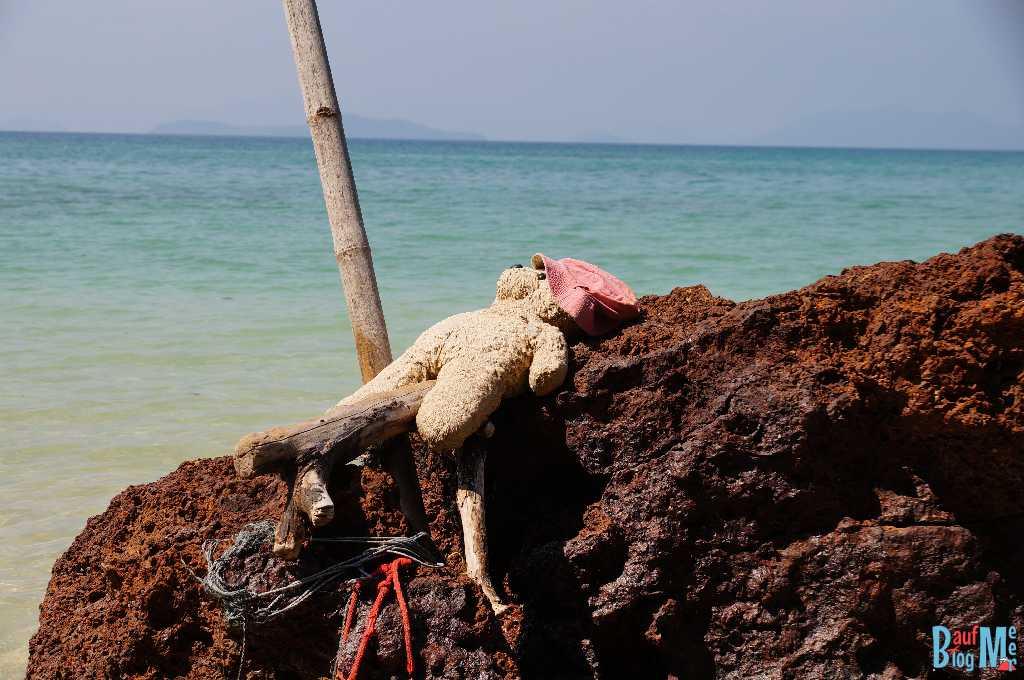 Gesehen auf Ko Mak: Teddy Bär auf Felsen im Meer