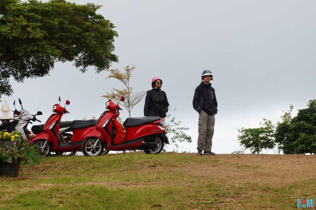 Eva und Chris mit den lustigen Scooter Helmen