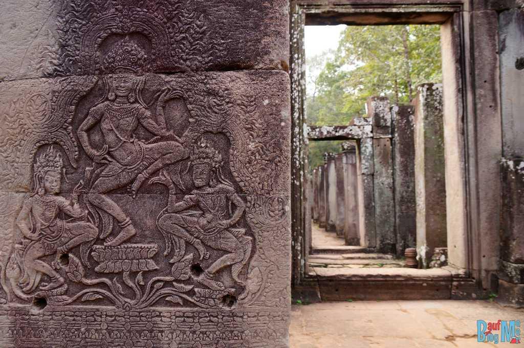 Relief und Gang im Bayon Tempel