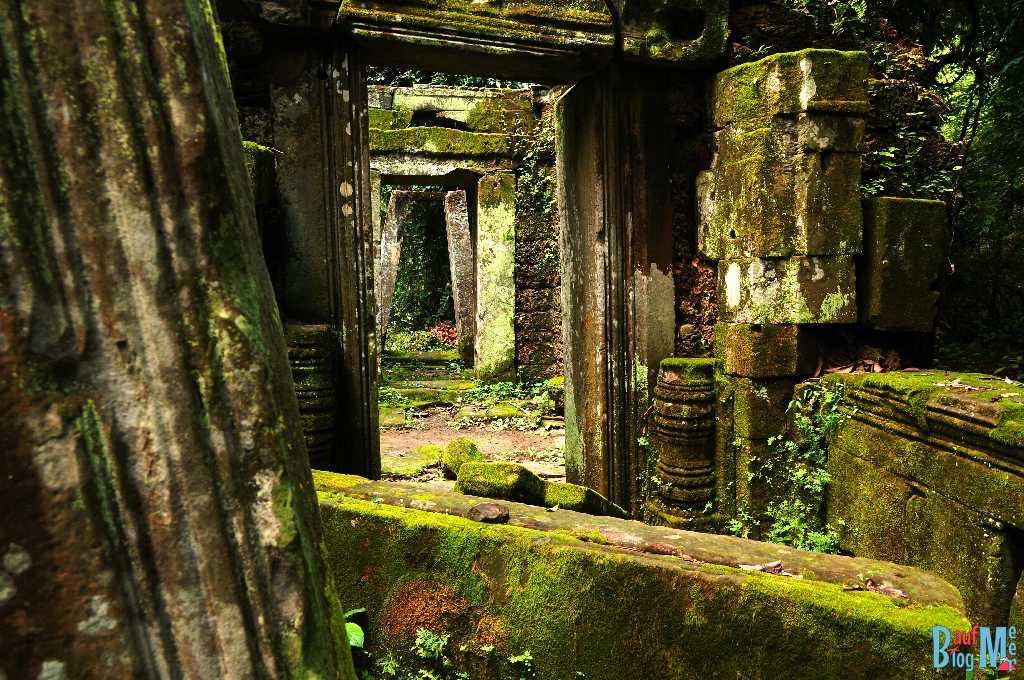 Mit Moos bewachsene Ruinen vor dem Banteay Kdei