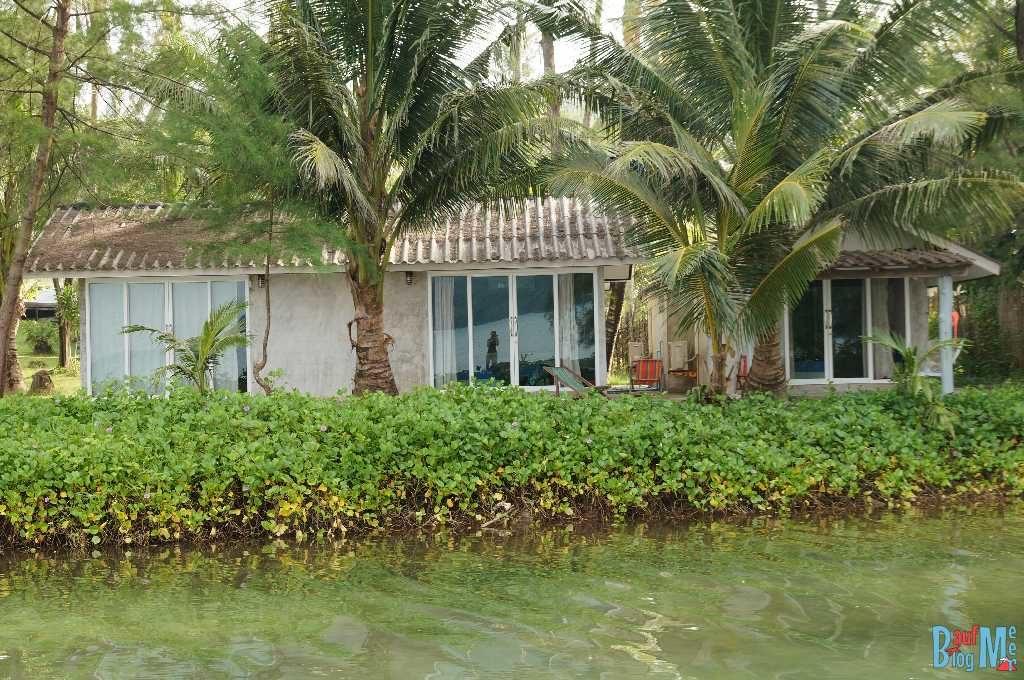 Blick auf unser Bungalow am Fluss im S-Beach Resort auf Ko Kood