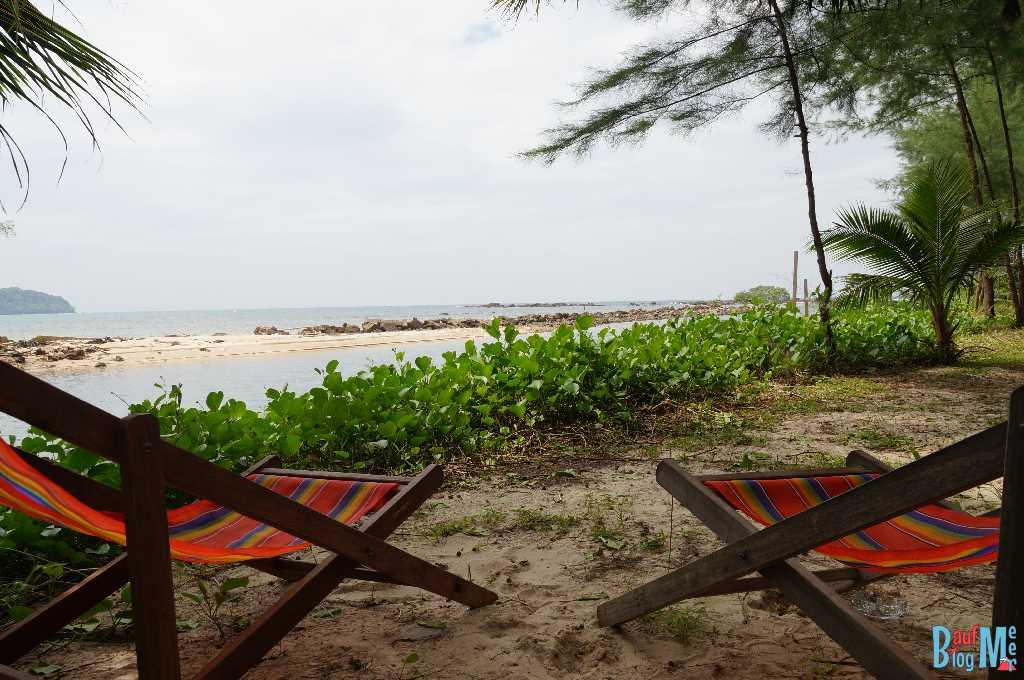 Liegen bei unserem Bungalow im S-Beach Resort