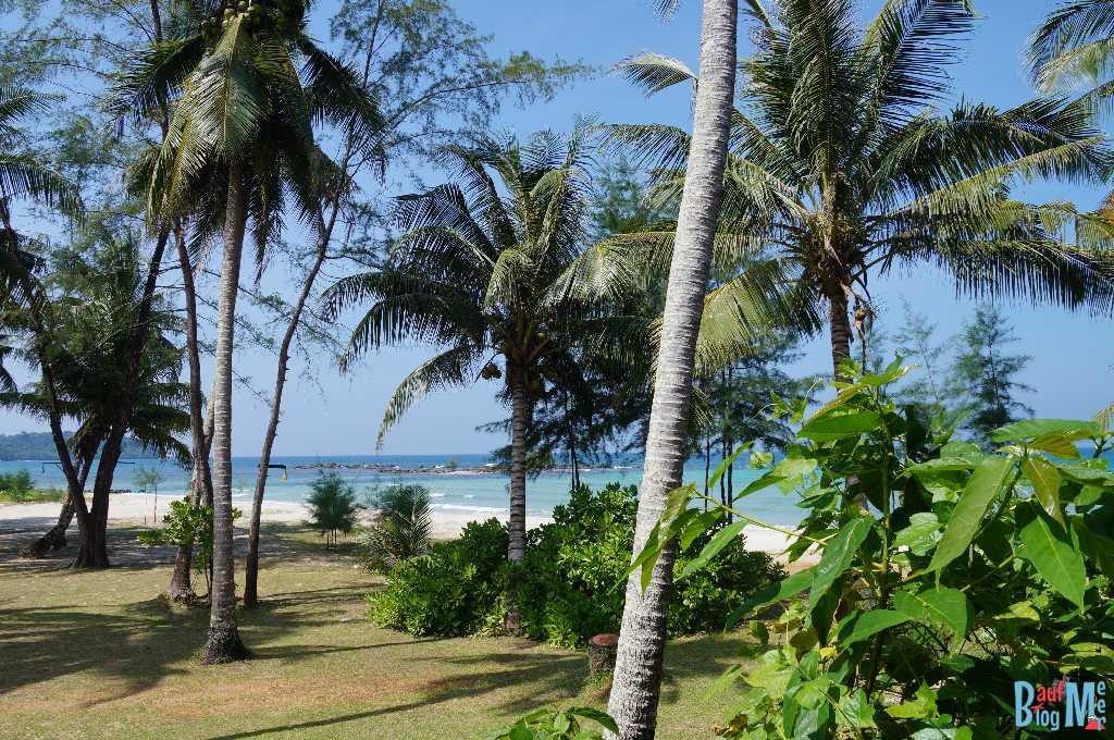 Strand und Wiese unserer Unterkunft auf Ko Kood