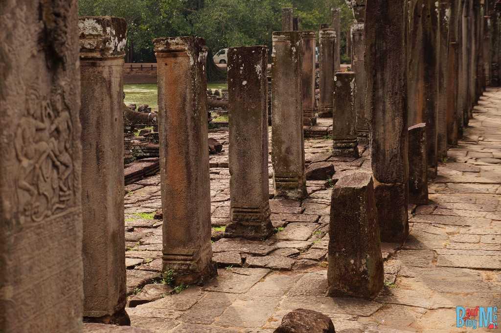 Säulengang ohne Dach im Bayon Tempel