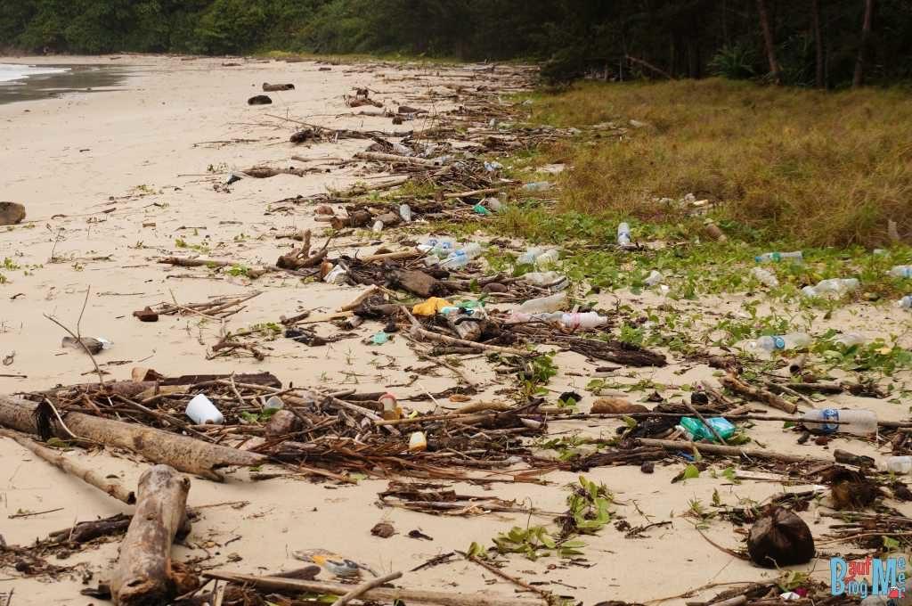 Müll Schwemmgut an einem Strand beim Tip of Borneo