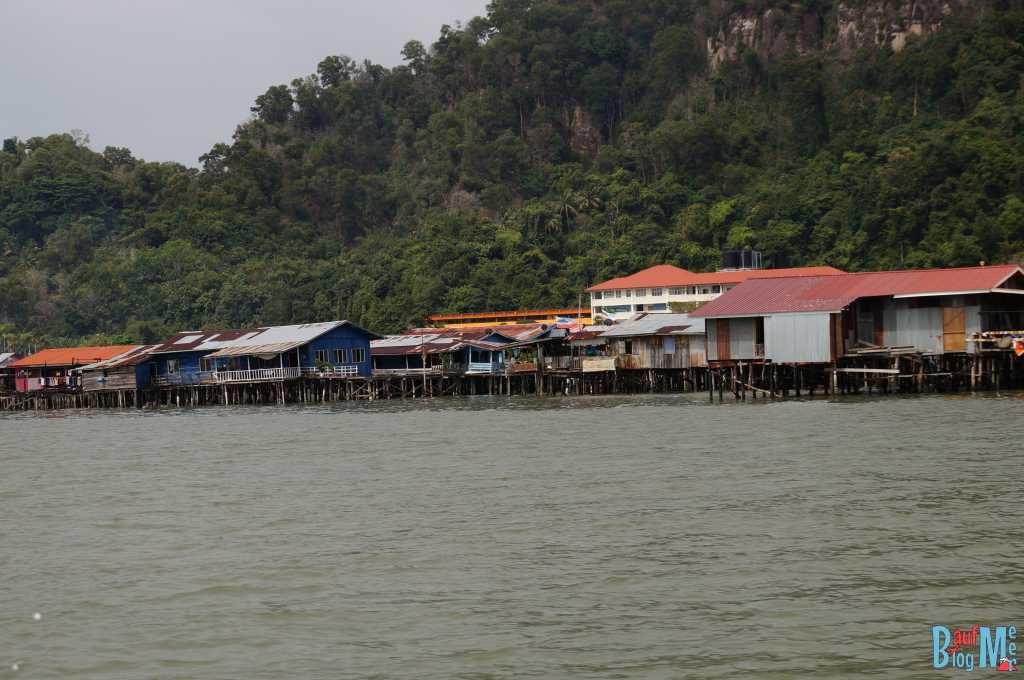 Stelzendorf philippinischer Einwanderer bei Sandakan auf dem Weg zur Turtle Island Selingan