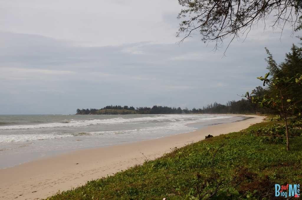 Strand beim Restauran des Tampat do Aman. Blick nach rechts auf den Tip of Borneo.