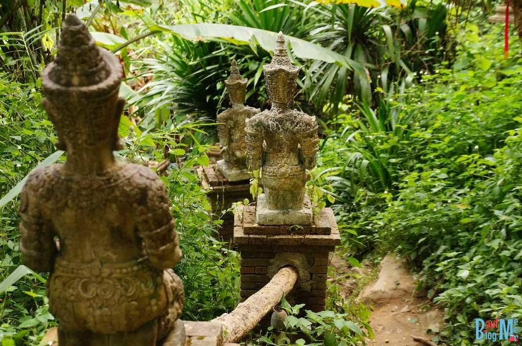 Statuen bei den Treppen rauf zum Wat Pha Lat