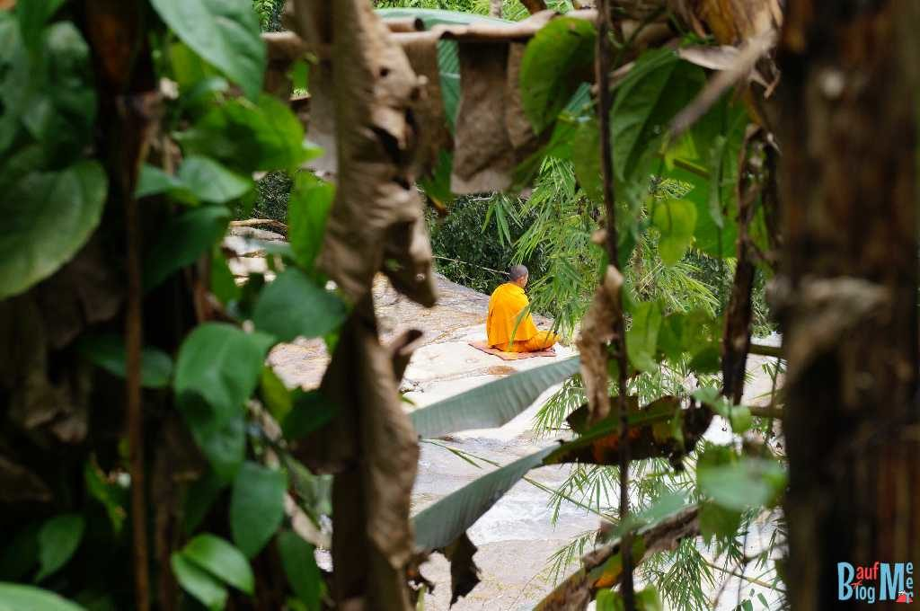 Meditierender Mönch im Wat Pha Lat