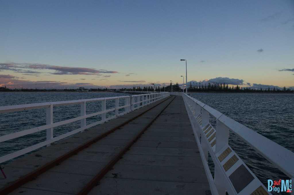 Blick von der Busselton Jetty Richtung Strand bei Sonnenuntergang