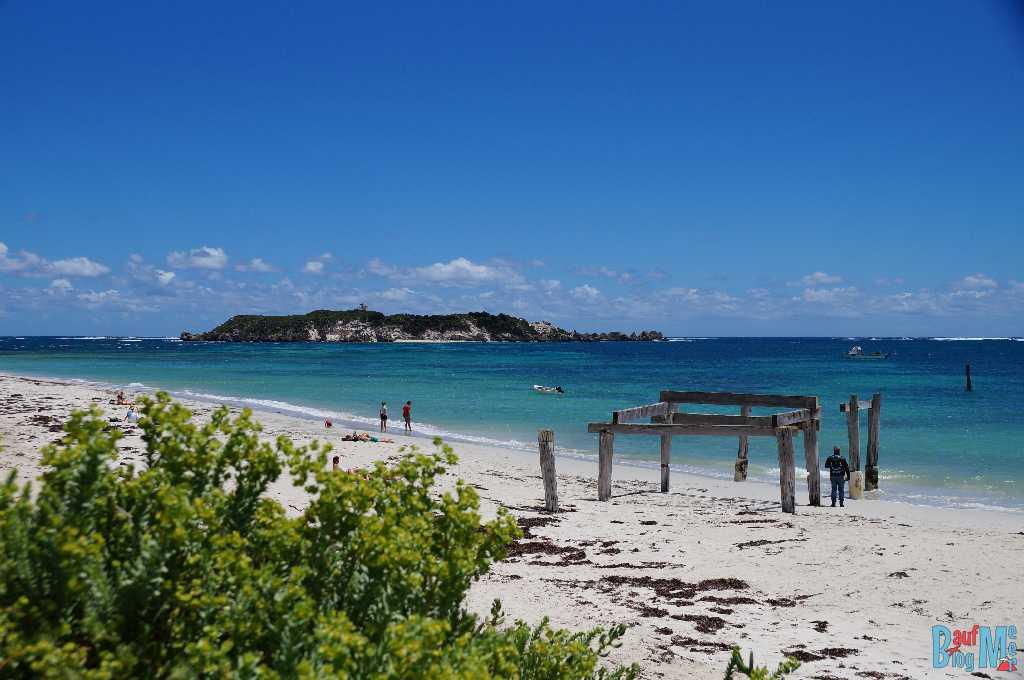 Strand von Hamelin Bay mit Überresten einer Mole