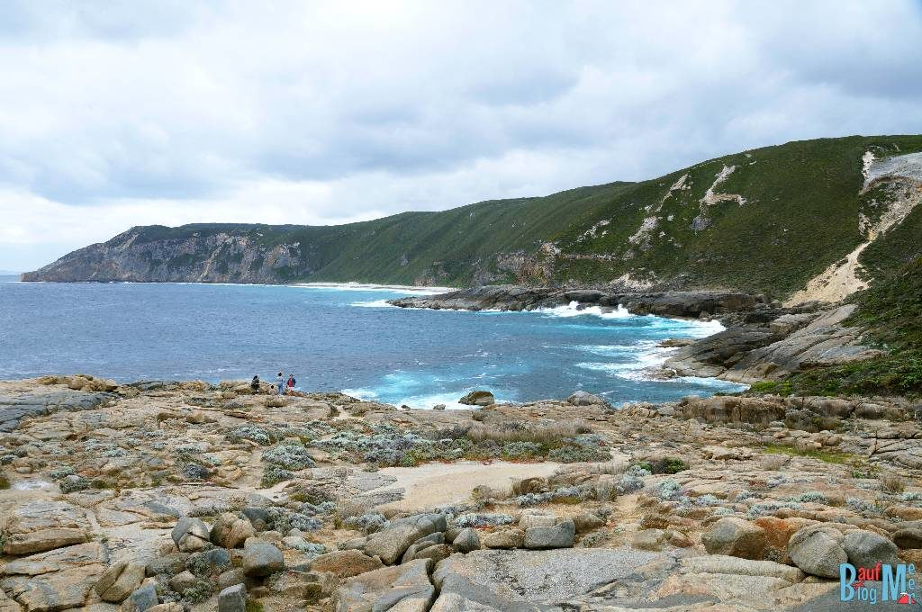 Die felsige Küste bei der Natural Bridge