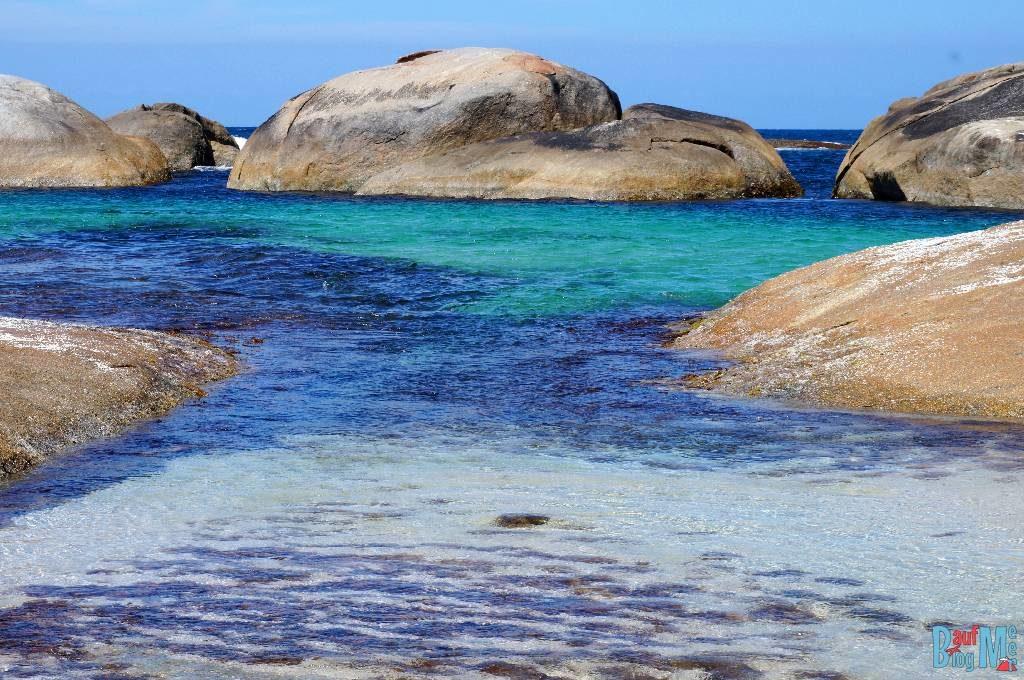 Türkis, blau, branes Wasser von Greens Pool umrahmt von braunen Felsen