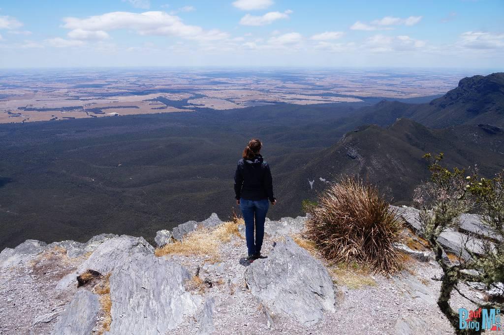 Anna auf einer Felskante auf dem Gipfel des Bluff Knoll