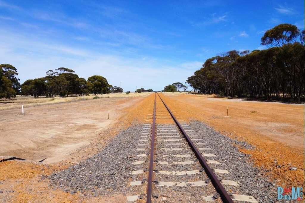 Überquerung von Gleisen im goldenen Outback