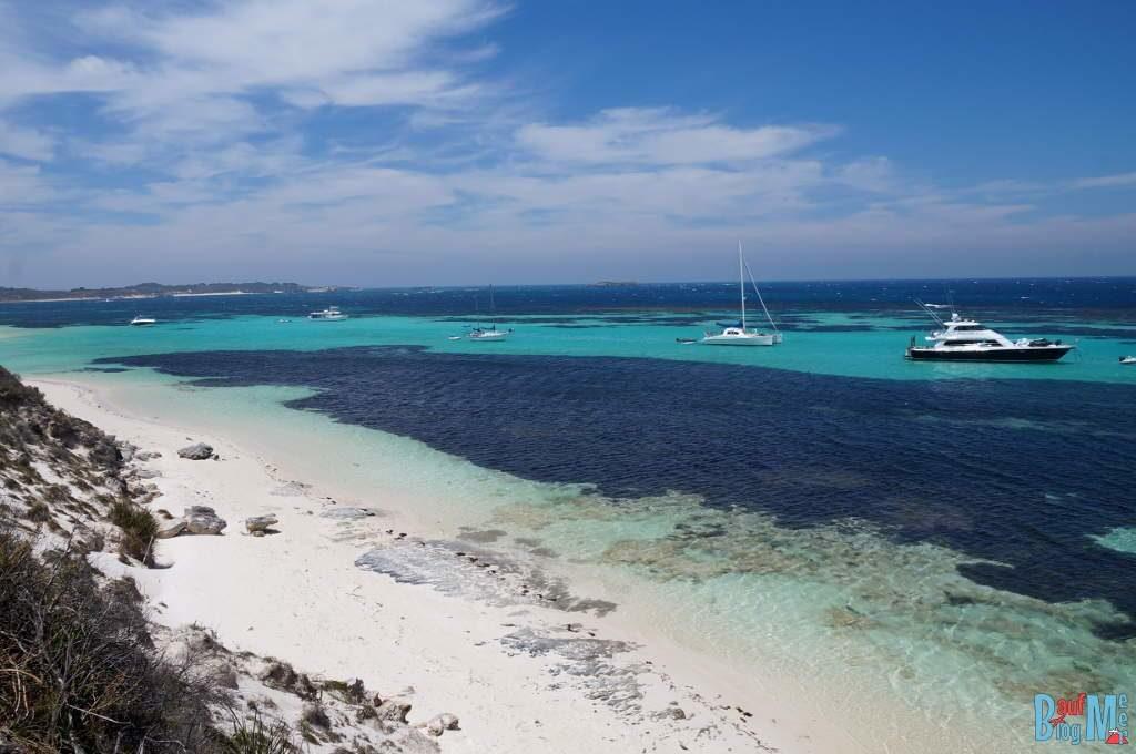 Yachten und Segler im klaren türkis-blauen Meer vor dem Strand von Parker Point auf Rottnest Island
