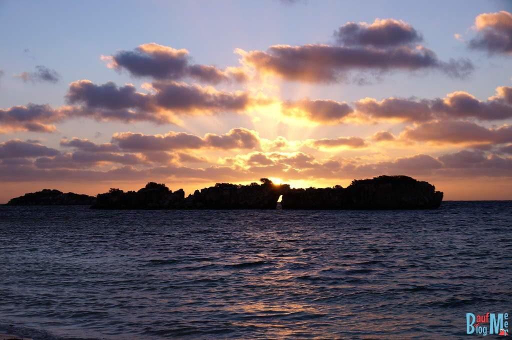 Sonnenuntergang hinter dem Milligan Island Felstentor. Aufgrund der Wolken konnten wir es nicht durch das Tor sehen.