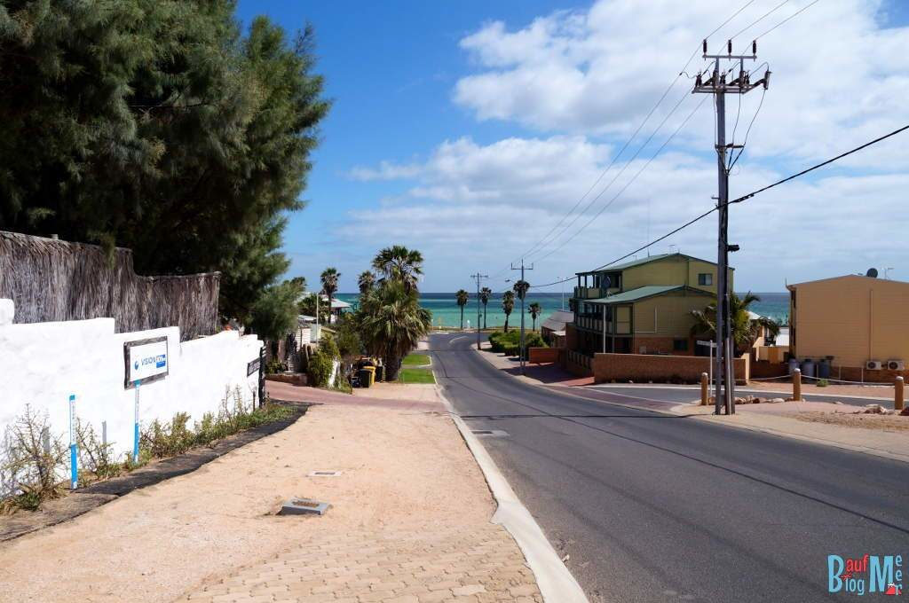 Straßen von Denham mit Blick aufs Meer