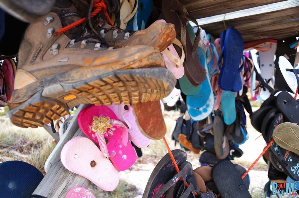 Einer hat angefangen... Schuhe am Thong Shack am Strand in der Shark Bay