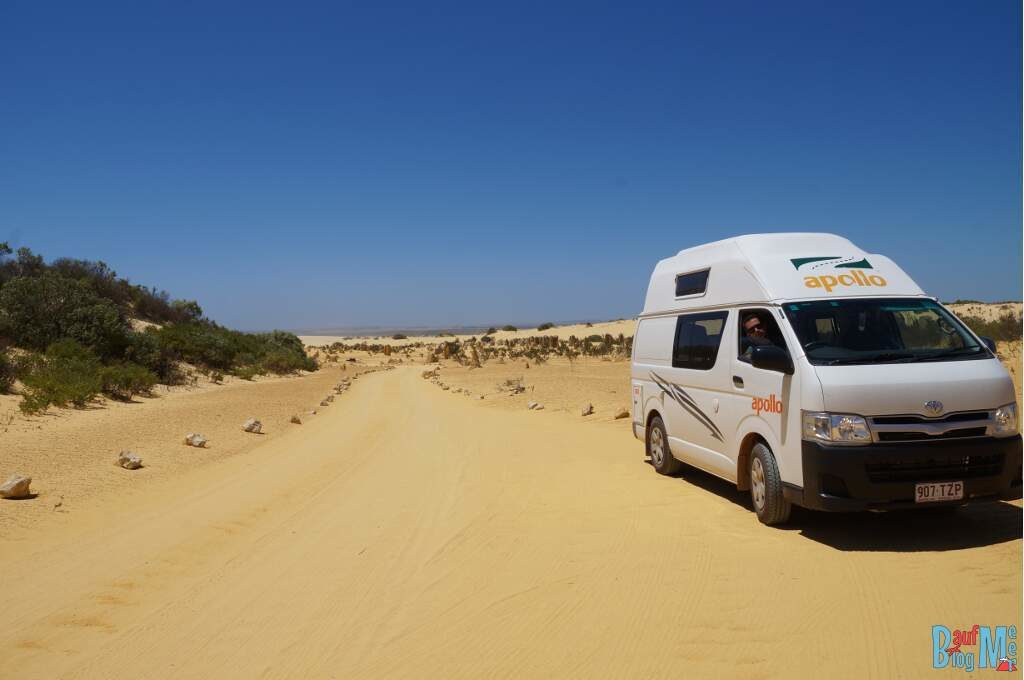 Van auf dem befahrbaren Weg der Pinnacles Desert