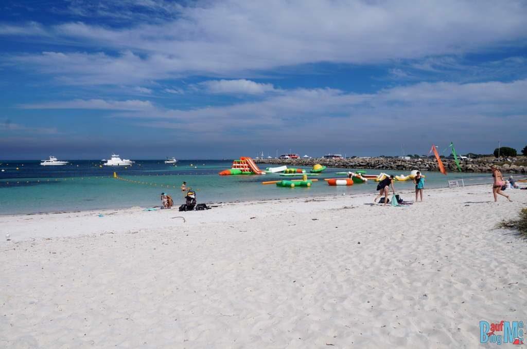 Wasserspielplatz am Strand der Thomson Bay auf Rottnest Island