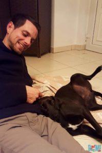 House Sitting Erfahrung: Kuscheln mit Hund