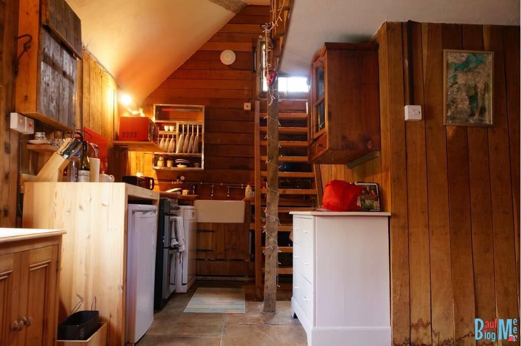 Scheune bei unserem House Sit in Süd-England von innen. Blick auf die Küche und Treppe zum Hochbett
