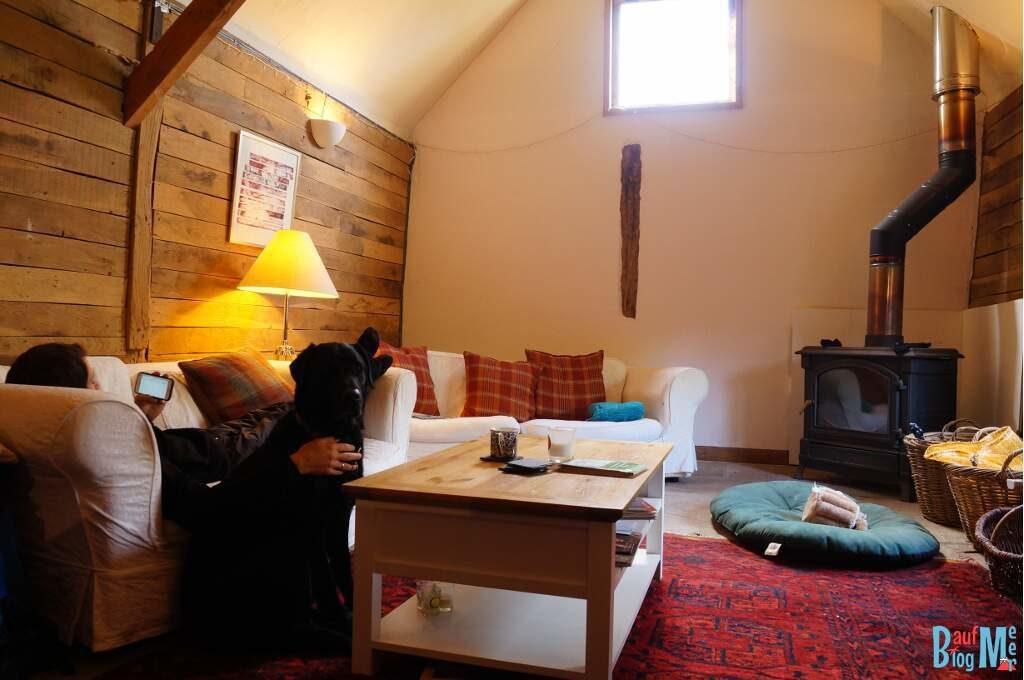 Scheune bei unserem House Sit in Süd-England von innen. Blick auf den Wohnbereich und den Ofen