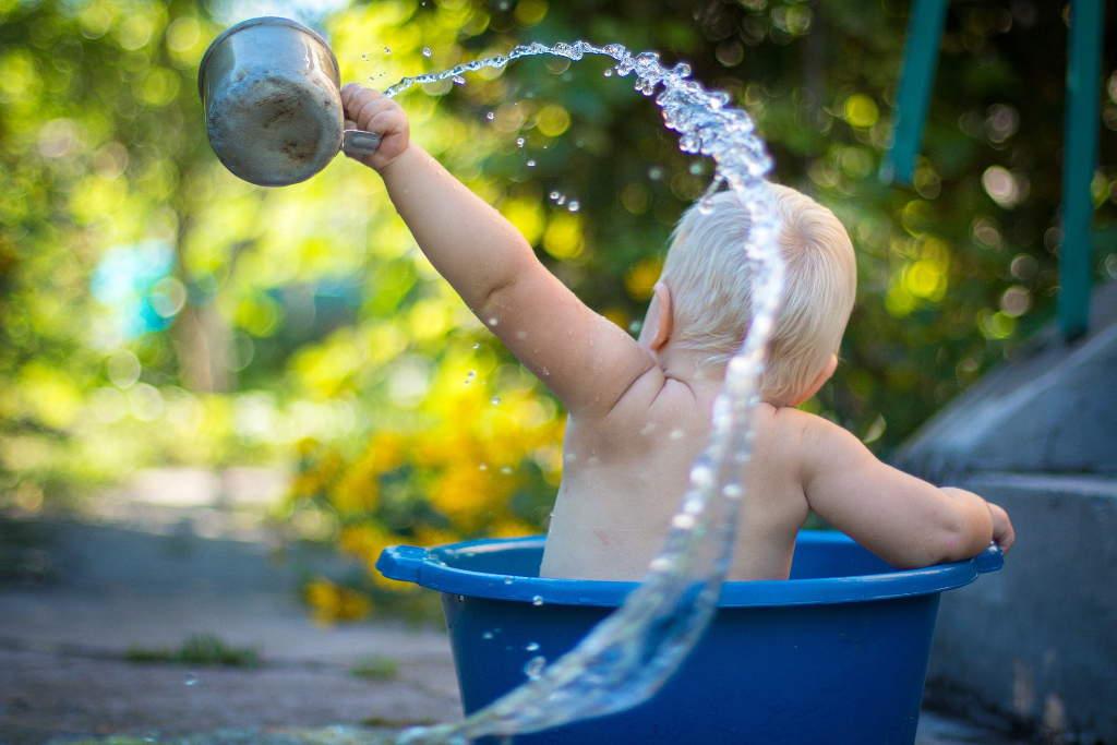 An Śmigus-dyngus macht jeder mit und wird jeder nass, ob groß oder klein.