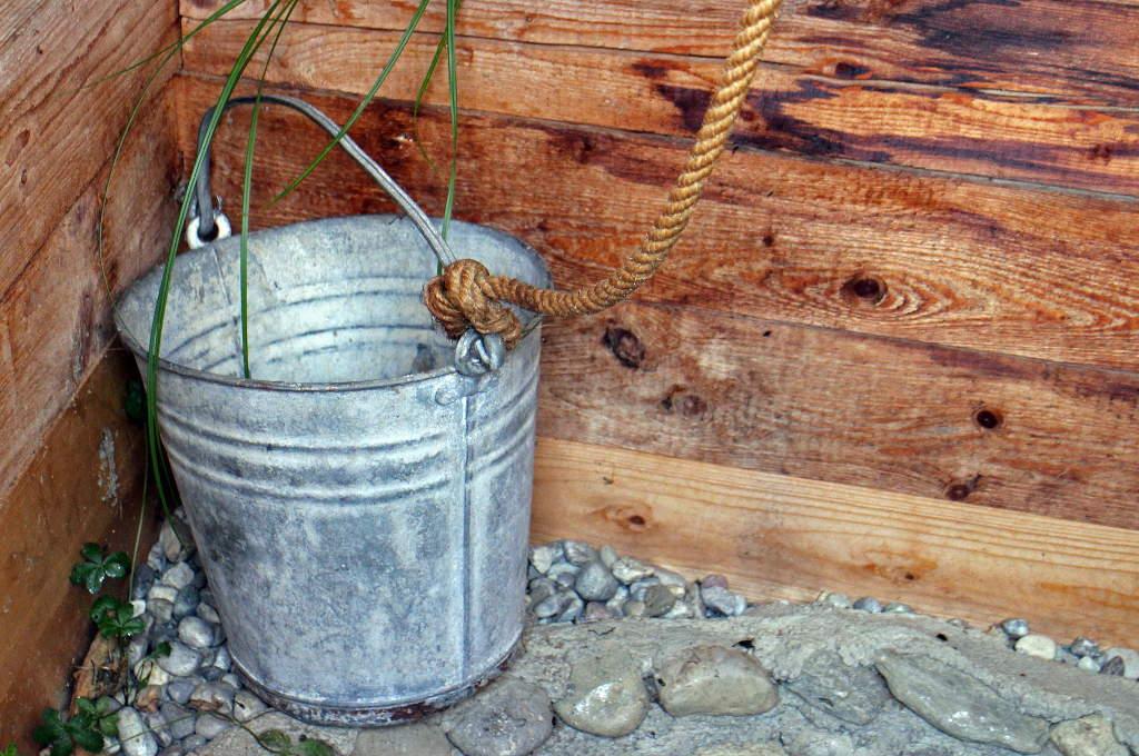 Ein guter Begleiter an śmigus-dyngus ist der Wassereimer