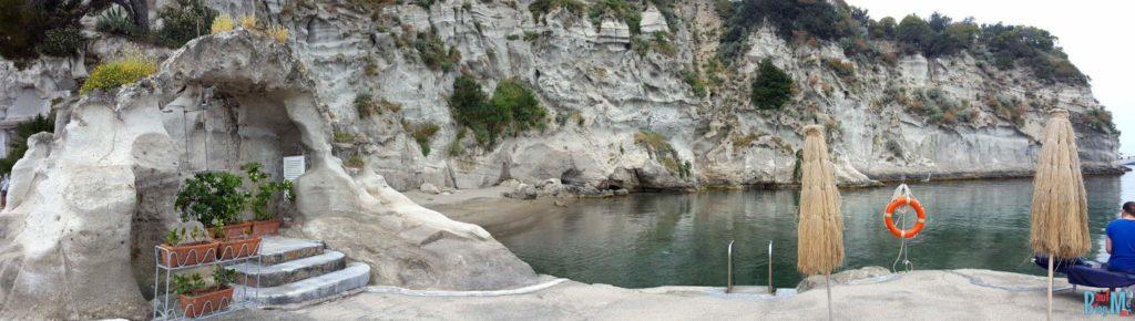 Der Strand und die Bucht des Hotels Albergo Regina auf Ischia