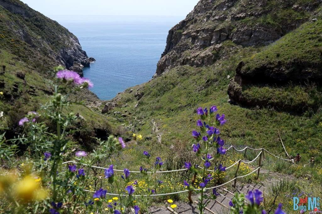 Ausblick beim Abstieg in die Pelara Bucht auf Ischia