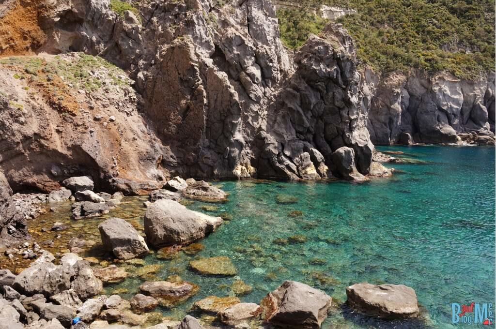 Glasklares Wasser in der Pelara Bucht auf der Insel Ischia