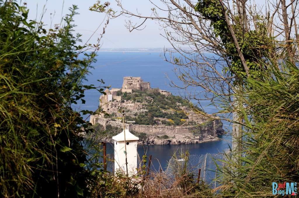Ausblick auf das Castello Aragonese in Campagnano auf der Insel Ischia