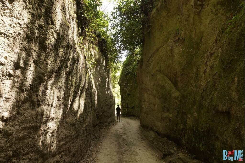 Schlucht bei der Wanderung zum Epomeo Gipfel auf der neapolitanischen Insel Ischia
